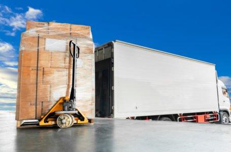 Jak przygotować przesyłkę paletową do transportu za granicę?